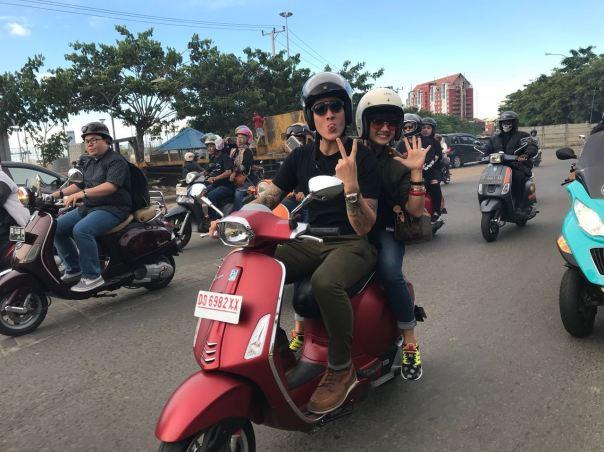 Ganindra-Bimo-dan-Nirina-Zubir-Riding-Bersama-Keluarga-Besar-Komunitas-Vespa-di-Makassar